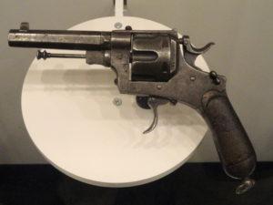 Revolver gebruikt in het verhaal Vrouwnmoord van Tozzi