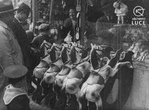 Kerst in Rome 1933: Piazza Navona met de bekende stalletjes met speelgoed.