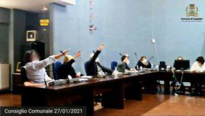 Cogoleto gemeenteraadsleden brengen fascistische groet